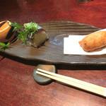 20932543 - 付き出し3種類。切干大根、新さんまのお寿司、白身魚のすり身の天ぷら。
