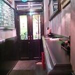 待風 - 店内の立ち呑みゾーンから素敵な扉を望む