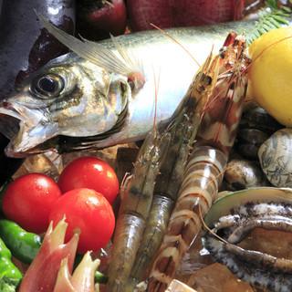 毎日仕入れる新鮮な魚や野菜が盛りだくさん