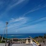 海日和 - 外にも席があって,海も空も真っ青で綺麗です。