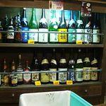 酒蔵大沼 - 壁には一升瓶