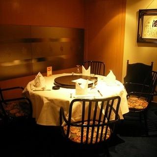 お祝い事やご接待にも最適な個室も完備!