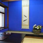 2095594 - お座敷 一面青い壁です。