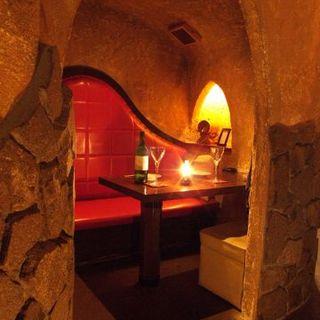 丸の内でロマンチックデート♪洞窟個室のカップルシート♪