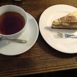 コーヒーショップ アバウト ア コーヒー - ホットミルクティーとマーブルチョコレアチーズケーキ