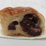 たま木亭 - クランベリーと練乳クリームパン カット