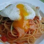 レストラン&ベーカリー ミーモ - ランチの日替わりメニューだった「ベーコンとほうれん草のトマトソースパスタポーチドエック添え」です。卵にナイフを入れるとこんな感じに、とろ~り卵が・・・マイルドな味にしてくれます。