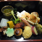 うち山 - 縁高弁当。これだけでお腹がいっぱいになってしまう。鯛茶漬けとのセットで3500円