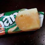 カルディコーヒーファーム - なめらかクリームがちょこっとくっついてます、マンゴーアイス