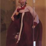 平野屋 - 民族衣装を身にまとったお人形さん