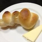 レストラン登汐 - シンプルなロールパン。素朴な味で昔から大好きです。