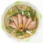 華元 - 鴨南(1000円)軟らかく旨みの濃い合鴨を使った人気の1杯。麺のボリュームもたっぷり。やや甘口のつゆからは柚子の香りもふわり