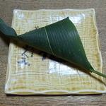 鉢の木 - 麩饅頭180円。笹の葉に包まれています