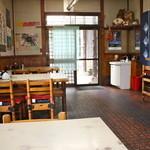 おおもり - テーブル席 昭和風です