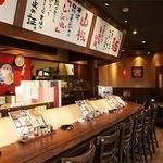 担々麺 錦城 - 木目が基調の心地よい空間。カウンターがメインでひとりでも気軽に寄れます♪