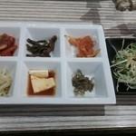 石水亭 - キムチ・ナムル・ミョルチなど6種類&野菜サラダ♪