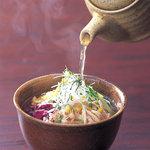 鳥どり - 「鶏飯」は奄美大島の郷土料理。鳥どりの鶏飯はサッパリ出汁で仕上げにピッタリ!