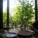 そば処 いちい - 小さな庭だが窓からの緑は気持ちよい