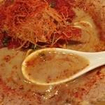 麺屋 極鶏 - 超濃厚なスープなので、レンゲを置いても沈まない!!(・。・;