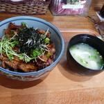 20985832 - 温泉卵のせ豚バラベーコン丼