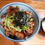 停満里 - 温泉卵のせ豚バラベーコン丼