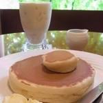珈琲家 - 特製ホットケーキ(1枚)320円、バナナスムージ 470円