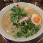 ラーメン男寿狼 - 鶏骨味玉乗せ