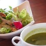 グラニット・カフェ - セットのサラダとほうれん草スープ