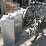 燕楽 - 配達用の自転車と岡持ち