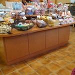 21003947 - ケーキ以外にも洋菓子を売っています