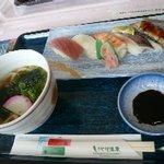 2101113 - ノーマルな寿司セット。あめごのお寿司も入ってました