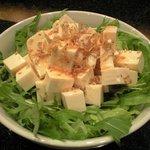 cafe' 喜庵 - 豆腐とジャコのサラダ。大場豆腐店(東屯田通り)の豆腐を使用。