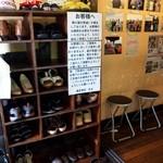 奥芝商店 - 靴を脱いでお店の中に入る