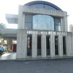21013644 - 2013.09 鉄筋コンクリートのがっちりした外観のお店です。