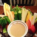 熟成屋 - ドライ・ウェット・スチーム3種類のエイジングで旨みと甘みを凝縮した                             十種類の野菜達のエイジングバーニャカウダ。