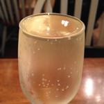 熟成屋 - 今回は、スパークリングワイン・ハイボール・白ワインを頂きました。       スパークリングは、白ワインに炭酸を充填した面白いもの。