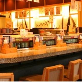 広々とした席でお寿司を楽しむ。