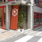 東京粕漬 九蔵 - 神楽坂通り商店街 本多横町入口の角地 近江屋ビルの1階です