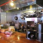 ワイン酒場 ゴルゴン9 - コンパクトな厨房部分