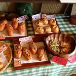 パンと喫茶 松波 - 入口傍に陳列されたパン