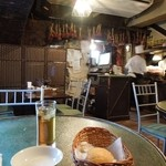 Bistro ひつじや - 店内はオリエンタルな雰囲気あります H25.2