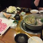 Kagonoya - 食べ放題でないしゃぶしゃぶ「厳選豚セット」(1人1,764円)にしました。鍋のダシは昆布ダシ、つゆだし、すき焼きだし、鶏のコラーゲンだしの4種から選べるので昆布ダシとつゆだしを選択。