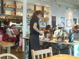 CAFE;HAUS - 夜でもさわやかな店内、女性に大人気♪