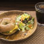 デ ラ カフェ - お店イチオシの新メニュー! 『ベーコンチーズエッグ』
