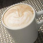 デ ラ カフェ - ミルクフォームの泡もきめ細やかな『カフェラテ』