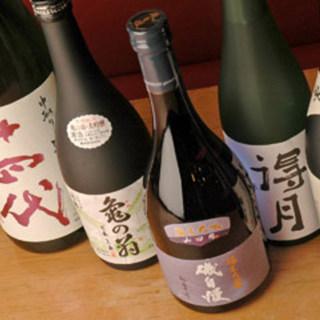 お酒の飲めない店主が厳選した『全国の地酒』常時約60種。