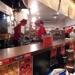 ラーメン康竜 - 赤がお店のテーマカラー