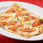 MKYアメリカンレストラン - ハーブが香るクリスピーなピザ『ハーブトマト(バジル)』 幻のピザともいわれる四角い本牧ピザを再現。生地もソースもてづくりの深い味わい。
