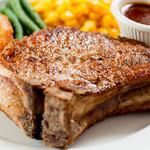 MKYアメリカンレストラン - じっくりこんがり焼いた『骨付きポークチョップBBQソース』 自家製のバーベキューソースがおいしさの決め手(道産赤井川ポーク使用約400g)