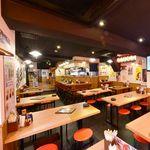 黒田 - 広々とした店内で、家族やお友達と串あげ、大阪名物料理をお楽しみください♪